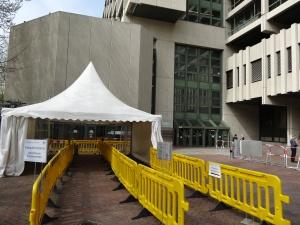 Eingang zum Gerichtssaal A 101, in dem der NSU-Prozess stattfindet. Der linke Eingang ist für Besucher_innen, der rechte für akkreditierte Journalist_innen.