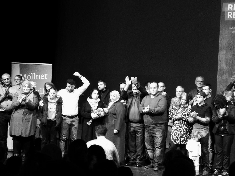 Die Familien Arslan, Yilmaz, Bektaş, Taşköprü, Bejarano und Freunde von Oury Jalloh gemeinsam auf der Bühne des HAU.