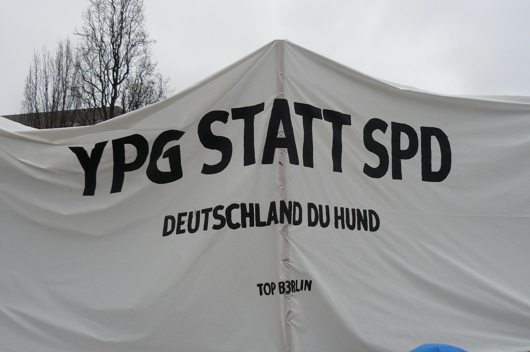 Afrin-Demo: Deutschland, Du Hund!